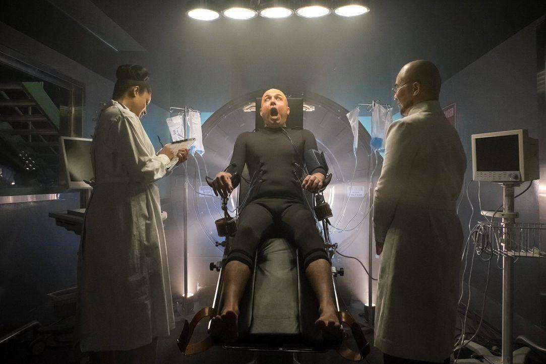 Basil (Brian McManamon, M.) wurde von Dr. Strange (B.D. Wong, r.) wiedererlebt. Doch was hat dieser weiter mit ihm vor? - Bildquelle: Warner Brothers