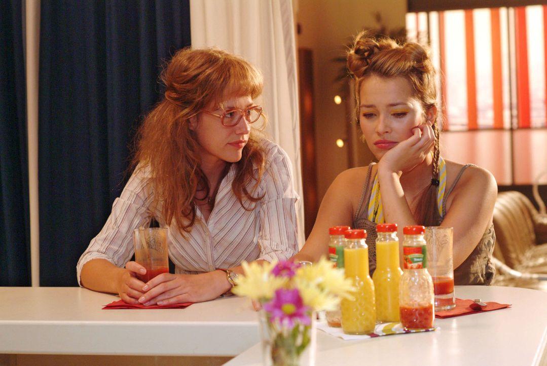 Leidensgenossinnen: Lisa (Alexandra Neldel, l.), die selbst unter Liebeskummer leidet, versucht Hannah (Laura Osswald, r.) zu trösten. (Dieses Foto... - Bildquelle: Sat.1