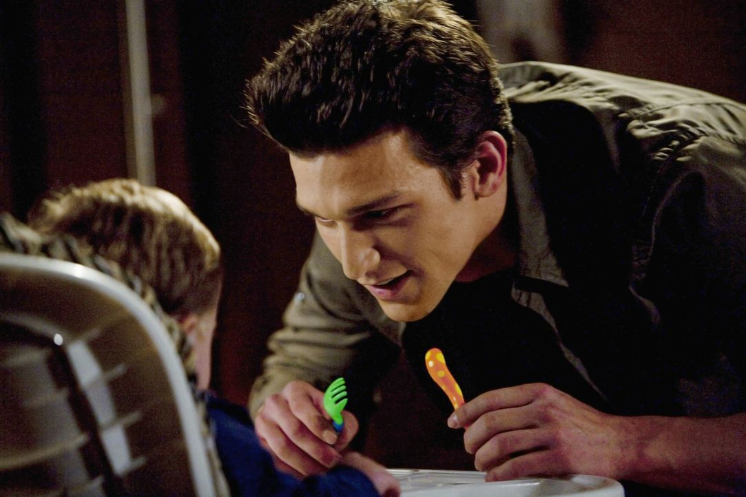 Ricky (Daren Kagasoff) kümmert sich liebevoll um John ...