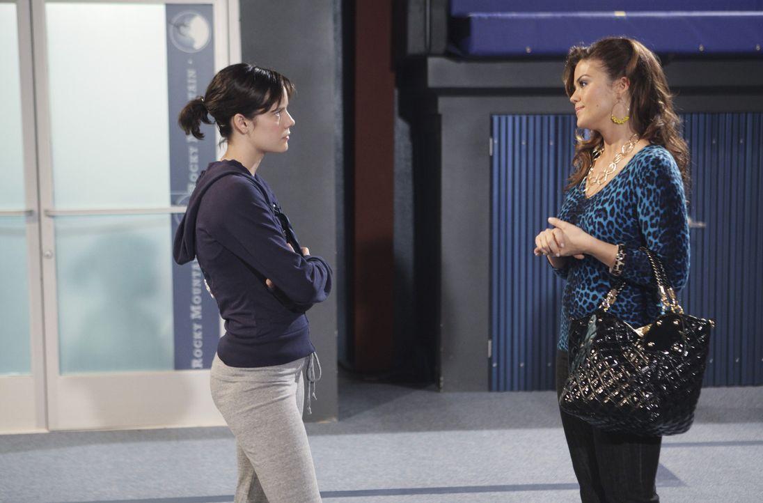Emily (Chelsea Hobbs, l.) ist entsetzt, dass nicht Sasha, sondern Marty der neue Nationaltrainer ist. Ihre Mutter (Susan Ward, r.) spricht ihr Mut z... - Bildquelle: 2009 DISNEY ENTERPRISES, INC. All rights reserved. 009 DISNEY ENTERPRISES, INC. All rights reserved.