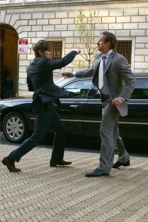 Nate (Chace Crawford, l.) ist sauer: sein Vater, der Käptn (Sam Robards, r.), wollte sich einfach so aus dem Staub machen und untertauchen ... - Bildquelle: Warner Bros. Television