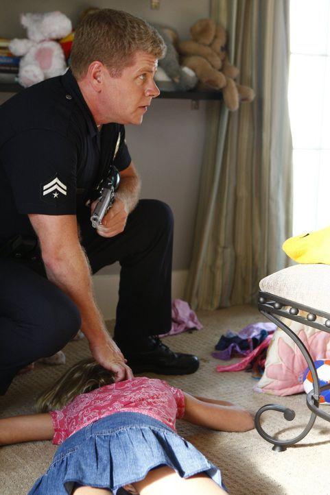 Entdeckt in einem Haus aufgrund eines Hinweises einen furchtbaren Mord an einer Familie: Officer John Cooper (Michael Cudlitz) - Bildquelle: Warner Brothers