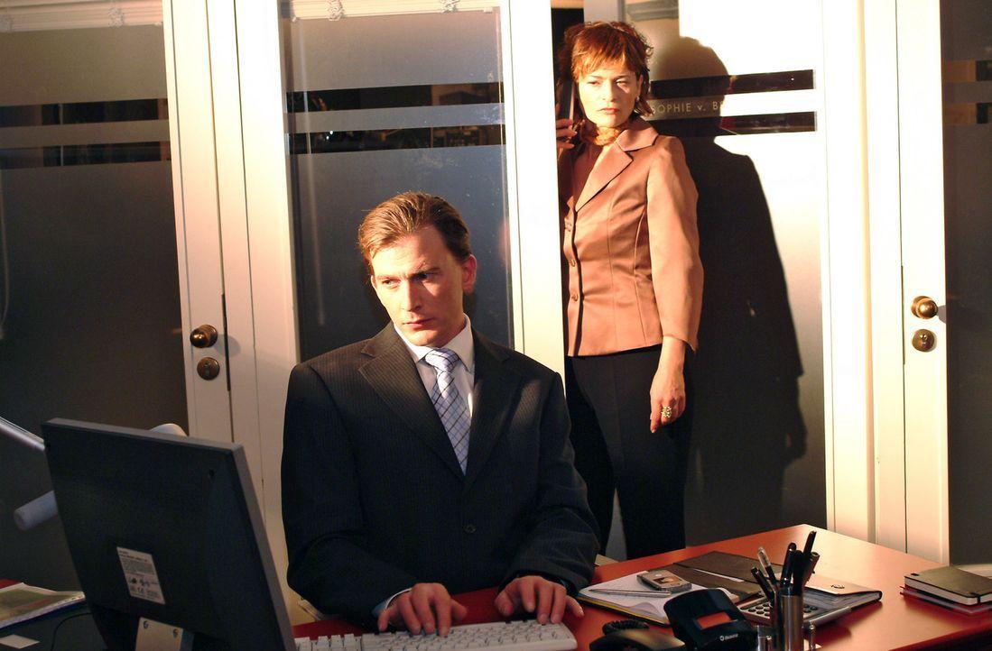 Sophie (Gabrielle Scharnitzky, r.) spioniert Olaf (Axel Röhrle, l.) hinterher. - Bildquelle: Monika Schürle Sat.1