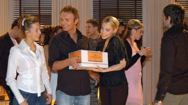 Kim (Lara-Isabelle Rentinck, vorne r.) ist glücklich über Hannahs (Laura Ossw...