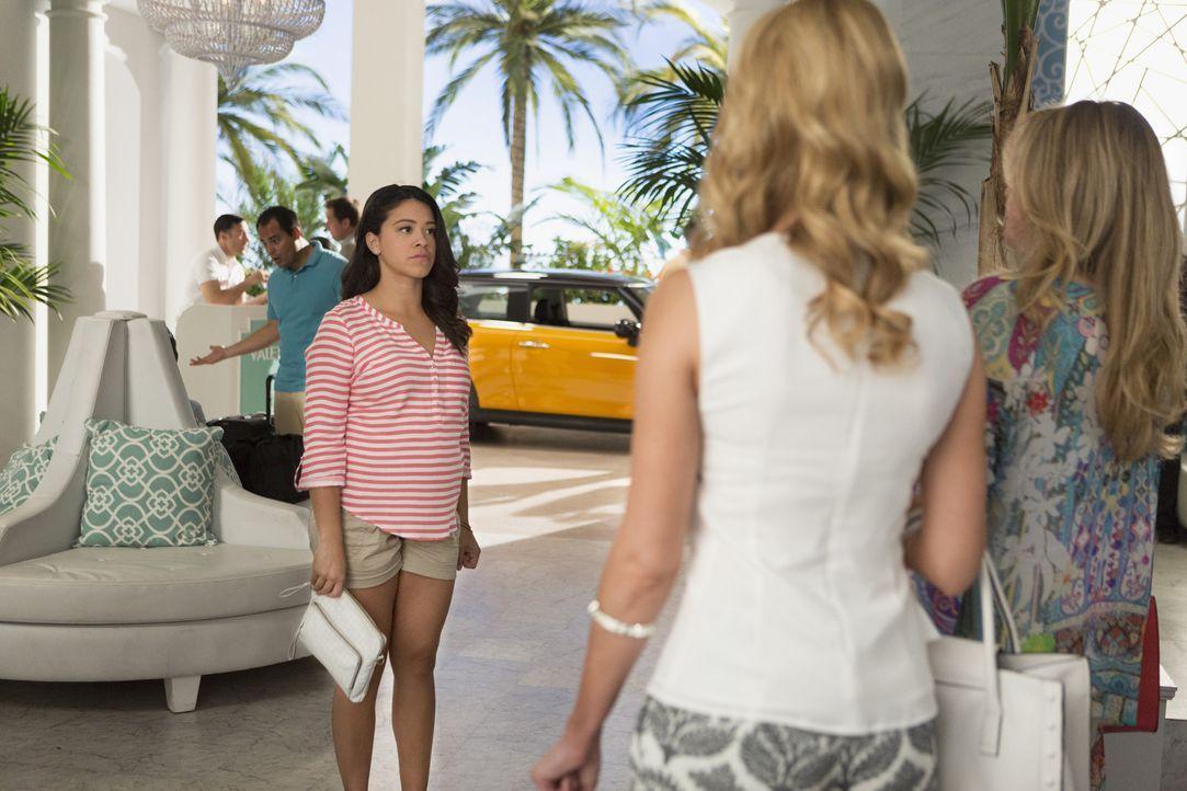 Für Jane (Gina Rodriguez, l.) ist es nicht leicht, Magda (Priscilla Barnes, r.) und Petra (Yael Grobglas, M.) zu sehen. Sie versucht weiterhin zu be... - Bildquelle: 2014 The CW Network, LLC. All rights reserved.