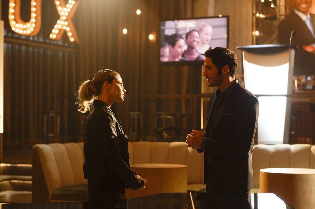 Nachdem Lucifer (Tom Ellis, r.) erkannt hat, wie schön es sein kann, Gutes zu tun, kann er gar nicht mehr aufhören - sehr zu Chloes (Lauren German,... - Bildquelle: 2016 Warner Brothers