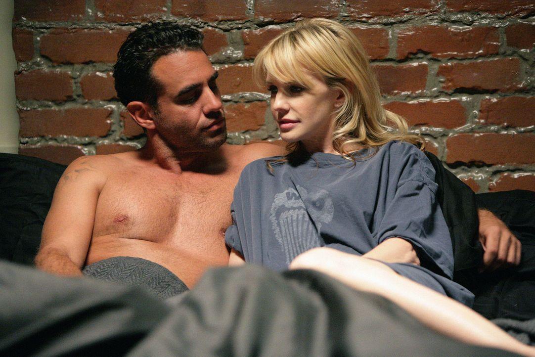 Heimlich trifft sich Det. Lilly Rush (Kathryn Morris, r.) mit Eddie Saccardo (Bobby Cannavale, l.), der immer noch undercover arbeitet ... - Bildquelle: Warner Bros. Television