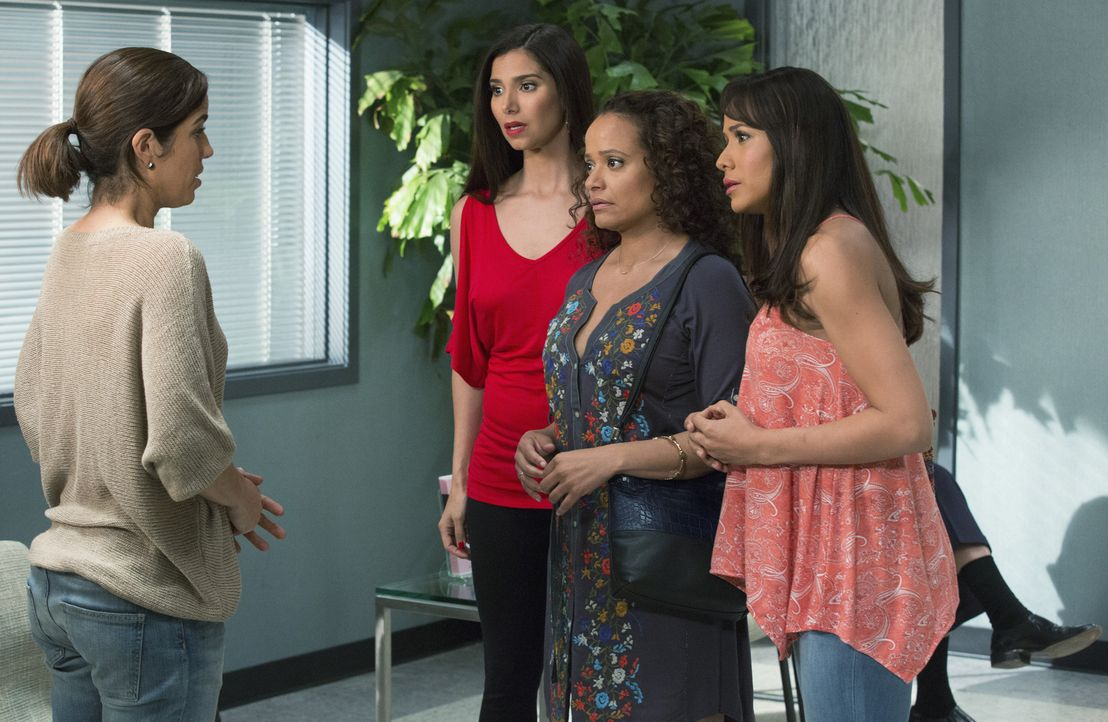 Als Marisol (Ana Ortiz, l.) ihren Freundinnen Carmen (Roselyn Sanchez, 2.v.l.), Zoila (Judy Reyes, 2.v.r.) und Rosie (Dania Ramirez, r.) von der ver... - Bildquelle: 2014 ABC Studios