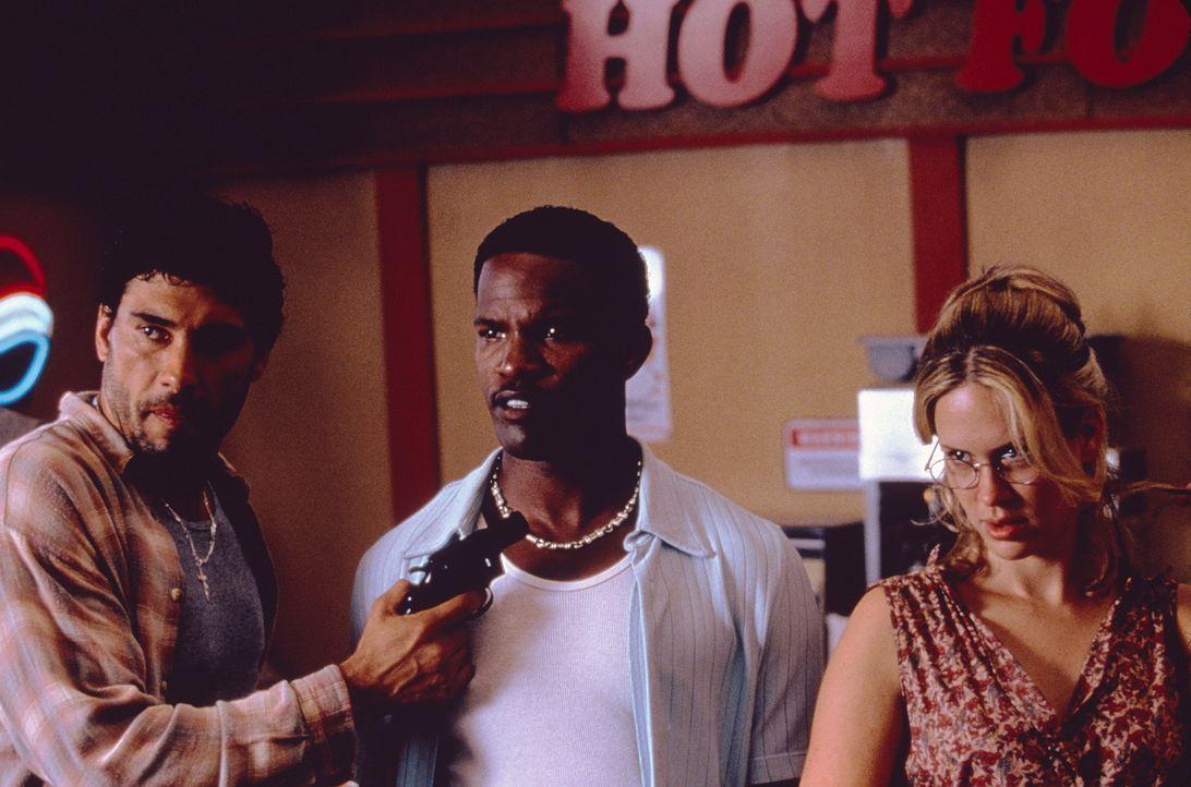 Der Tankstellenräuber Rodrigo (Eduardo Yanez, l.) nimmt Michael (Jamie Foxx, M.) und Mary (Sarah Paulson, r.) als Geiseln. Ein großer Fehler ... - Bildquelle: Sony Pictures Television International