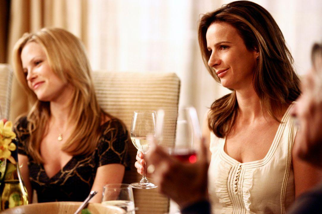 Treffen anlässlich eines Familienfestes aufeinander: Sarah (Rachel Griffiths, r.) und Julia (Sarah Jane Morris, l.) ... - Bildquelle: Disney - ABC International Television