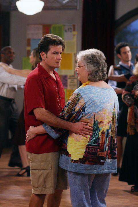 Charlie (Charlie Sheen, l.) mit einer besonderen Tanzpartnerin. Cynthia (Judith Drake, r.) möchte sich an ihrem Partner rächen, doch Charlie hat k... - Bildquelle: Warner Brothers