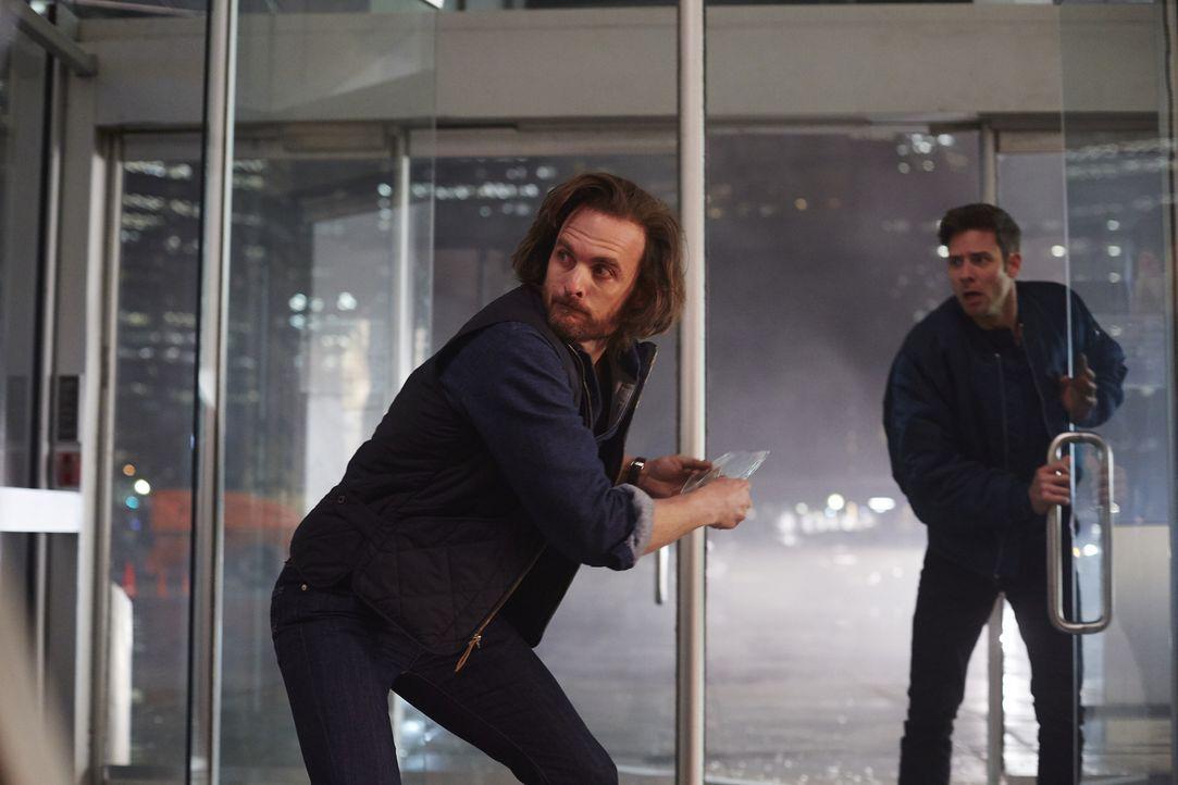 Während Jeremy (Greg Bryk, l.) versucht, Aleisters Handlanger in Schach zu halten, schwinden Nicks (Steve Lund, r.) Kräfte immer mehr ... - Bildquelle: 2015 She-Wolf Season 2 Productions Inc.