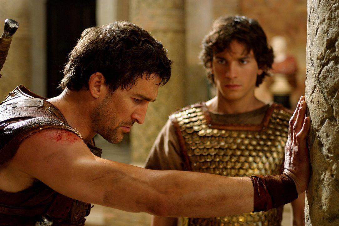 Als Tyrannus (Jonathan Cake, l.) die Gefahr bemerkt, in der sich sein Schützling befindet, drängt er zum Aufbruch. Aber Octavius (Santiago Cabrera... - Bildquelle: Hallmark Entertainment