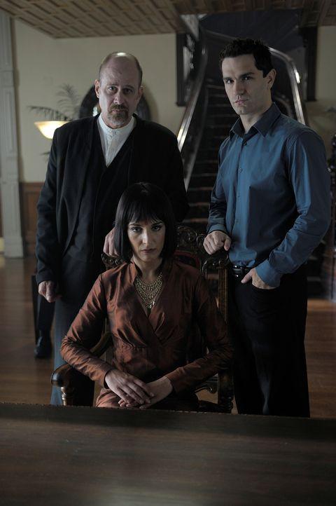 Die Mutter (Deena Aziz, M.9 der Vampire hat einen ganz besonderen Auftrag für Hegeman (Terry Kinney, l.), der aus Aidan (Sam Witwer, r.) einen anst... - Bildquelle: Phillipe Bosse Syfy Channel