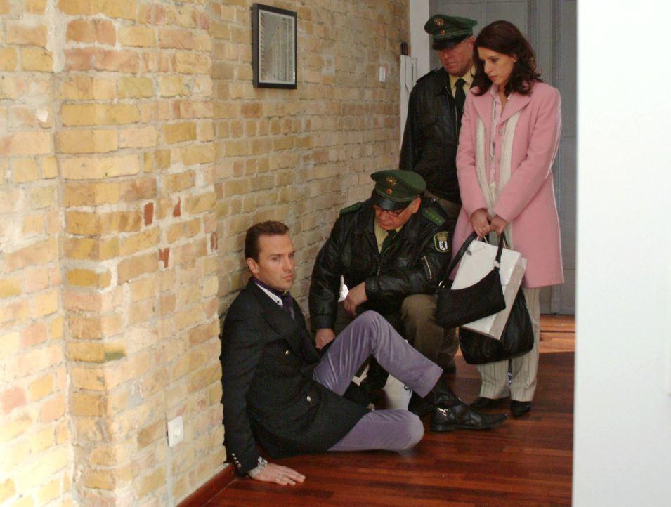 Inka (Stefanie Höner, r.) und die Polizisten überbringen dem fassungslosen Hugo (Hubertus Regout, l.) die Nachricht von Brittas Tod. - Bildquelle: Noreen Flynn Sat.1