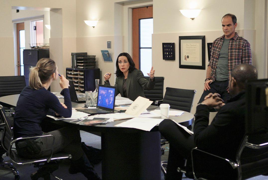 Ein neuer Fall beschäftigt das Team: John (Michael Kelly, 2.v.r.), Beth (Janeane Garofalo, 2.v.l.), Sam (Forest Whitaker, r.) und Gina (Beau Garrett... - Bildquelle: ABC Studios