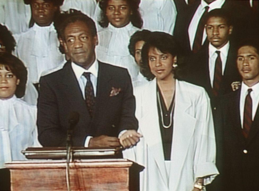 Cliff (Bill Cosby, Mitte l.) und Clair (Phylicia Rashad, Mitte r.) haben bei der Feier in Hillman besondere Aufgaben übernommen. - Bildquelle: Viacom