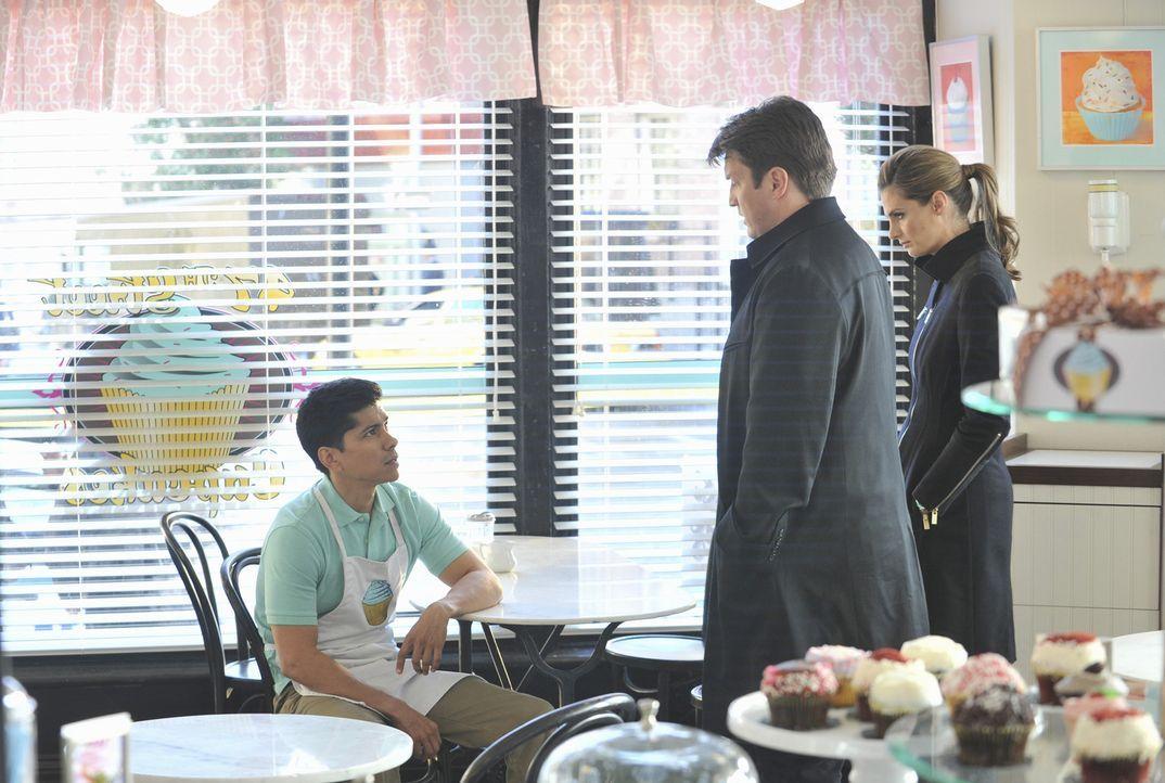 Castle (Nathan Fillion, M.) und Beckett (Stana Katic, r.) befragen den Bäckerlehrling Todd (Jeremy Ray Valdez, l.) zum grausamen Tod seines Chefs,... - Bildquelle: ABC Studios