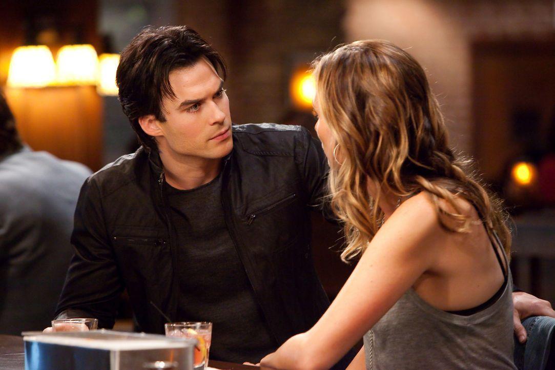 Um herauszufinden, ob Jules (Michaela McManus, r.) ein Werwolf ist, mischt Alaric ihr Eisenkraut in den Drink, während Damon (Ian Somerhalder, l.) s... - Bildquelle: sixx (Komm./PR) Warner Brothers