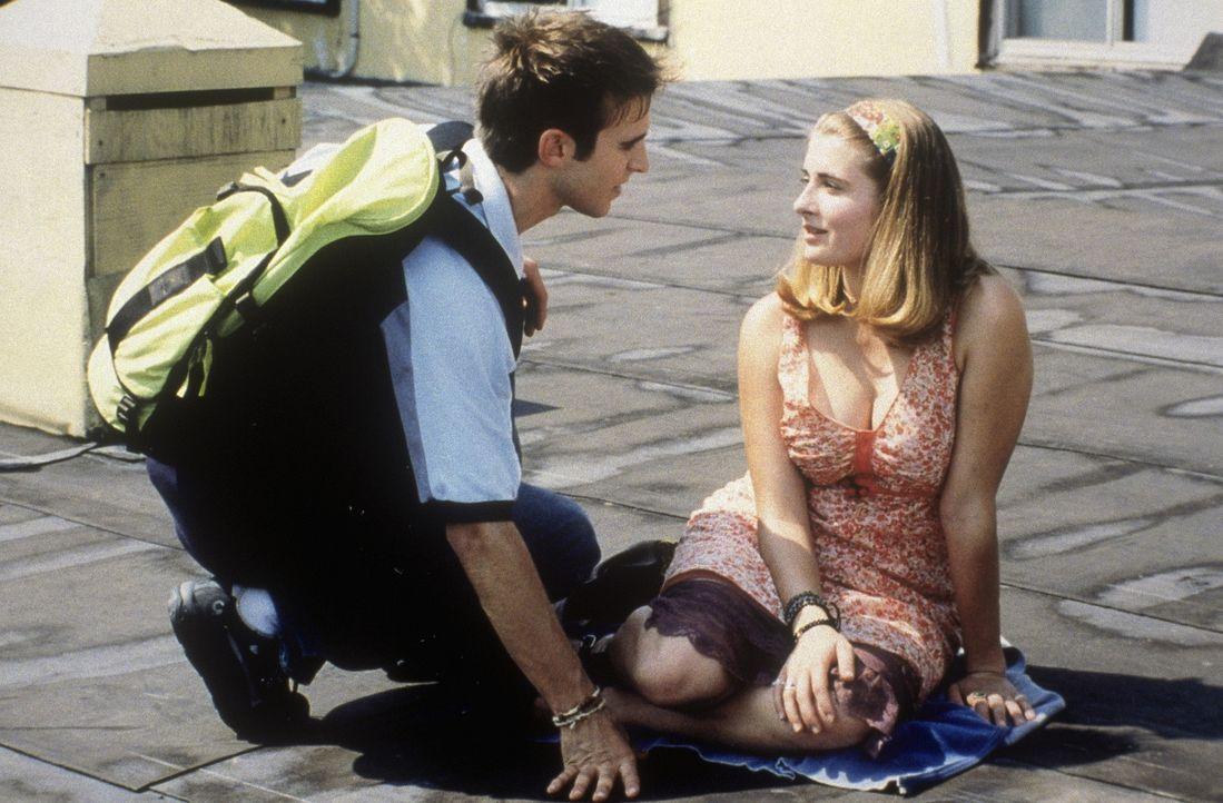 Sunnyboy Vlad (Daniel Letterle, l.) ist sich durchaus bewusst, dass sie alle hinter ihm her sind. Sogar Michael und die schüchterne Ellen (Joanna C...