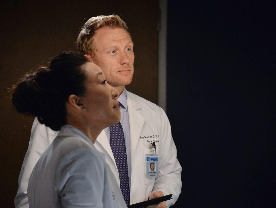 Weil Christina (Sandra Oh, vorne.) nach ihrer Trennung immer nicht von Owen (Kevin McKidd, hinten) lassen kann, bittet sie ihn, einen neuen Partner... - Bildquelle: ABC Studios