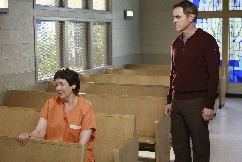 Nach dem Selbstmord von Beth, besucht Paul (Mark Moses, r.) Felicia (Harriet Sansom Harris, l.) im Gefängnis. Felicia ist deutlich mitgenommen vom T... - Bildquelle: ABC Studios