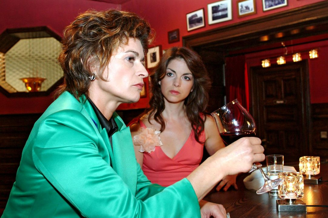 Als sie ihre Mutter Sophie (Gabrielle Scharnitzky, l.) einsam und Rotwein trinkend im Wolfhardts antrifft, beginnt Mariella (Bianca Hein, r.) sich e... - Bildquelle: Monika Schürle Sat.1