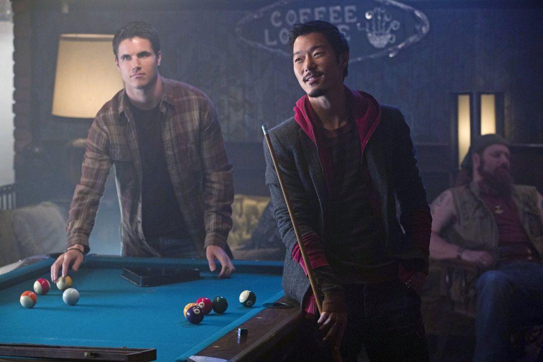 Werden ihre Spielchen an der Oberfläche für Russell (Aaron Yoo, r.) und Stephen (Robbie Amell, l.) Folgen haben? - Bildquelle: Warner Bros. Entertainment, Inc