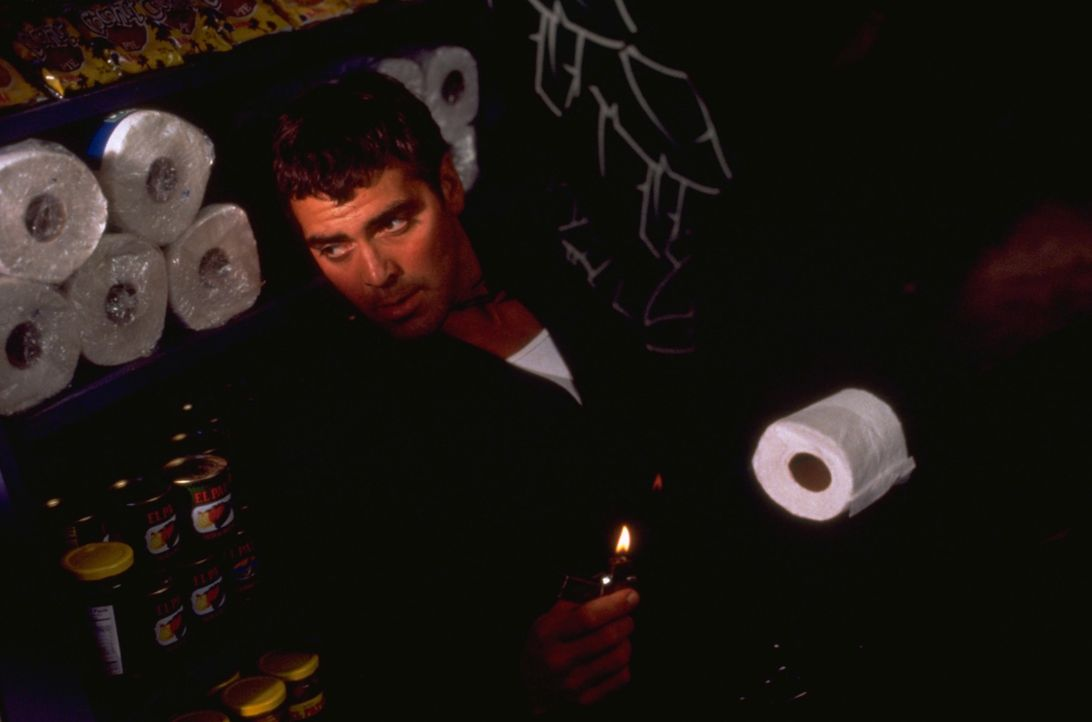 Findet sich plötzlich im Kampf gegen Vampire wider: Bankräuber Seth Gecko (George Clooney) ... - Bildquelle: 1995 Miramax, LLC . All Rights Reserved.
