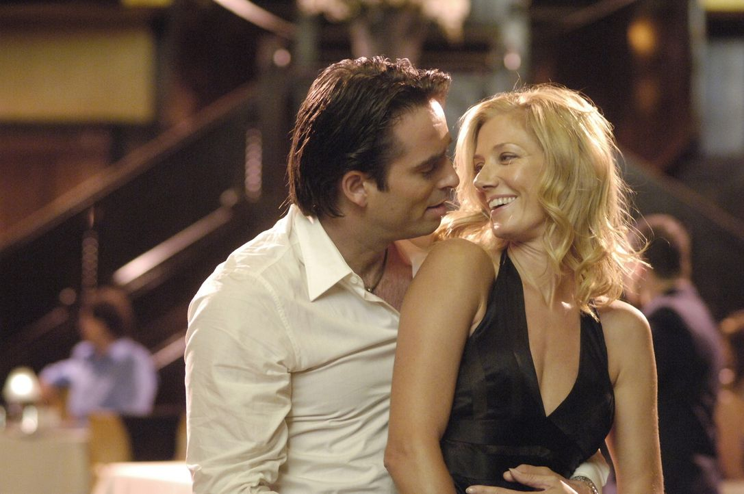 Quentin (Bruno Campos, l.) versucht bei Julia (Joely Richardson, r.) zu landen - und kommt seinen Ziel sehr Nahe ... - Bildquelle: TM and   2005 Warner Bros. Entertainment Inc. All Rights Reserved.
