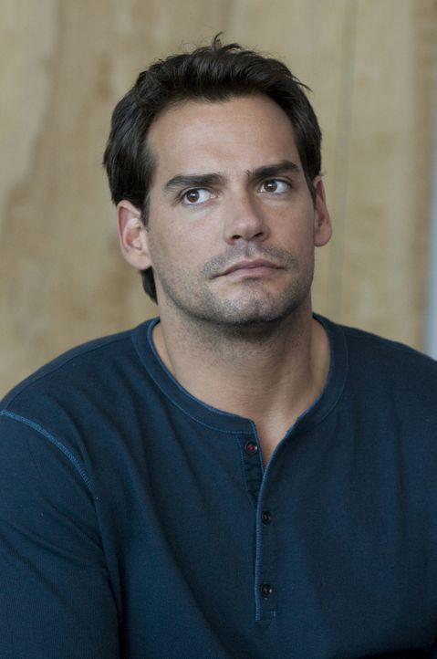 Während Marys Kollegen verzweifelt versuchen, weitere Tatverdächtige zu finden, macht sich Raphael (Christian de la Fuente) Sorgen um seine Freundin... - Bildquelle: USA Network