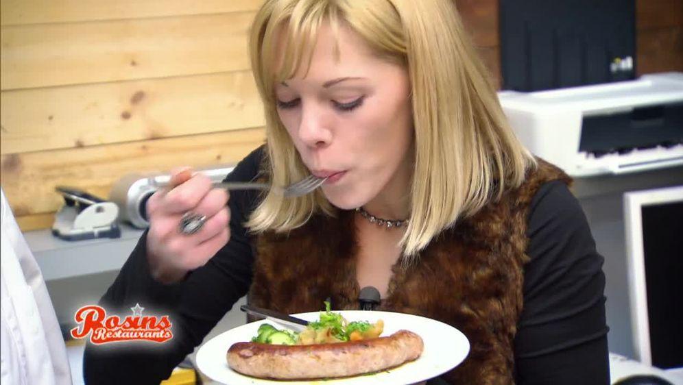 Möhrengemüse mit Bratwurst und kleinem Gurkensalat