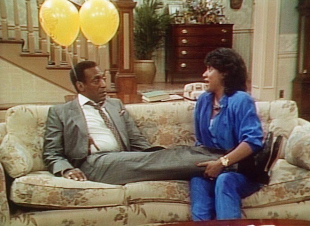 Clair (Phylicia Rashad, r.) versucht Cliff (Bill Cosby, l.) aufzubauen, der von seinem Restaurantbesuch mit vier Kindern völlig erledigt ist. - Bildquelle: Viacom