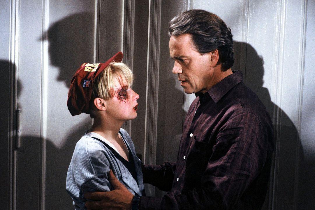 Wolff (Jürgen Heinrich, r.) erschrickt, als er eines Abends seine Tochter Verena (Nadine Seiffert, l.) sieht. Sie scheint verprügelt worden zu sei... - Bildquelle: Alfred Raschke Sat.1