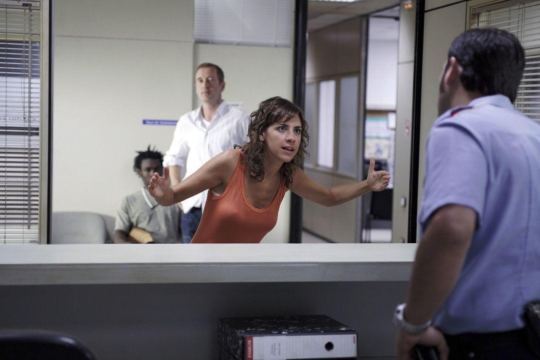 Nachdem Vicky (Bibiana Ballbé, 2.v.r.) erst Michaels (Peter Lohmeyer, 2.v.l.) Gespräch mit der spanischen Polizei verfolgt hat, nimmt sie die Sache... - Bildquelle: Christian Hartmann Sat.1