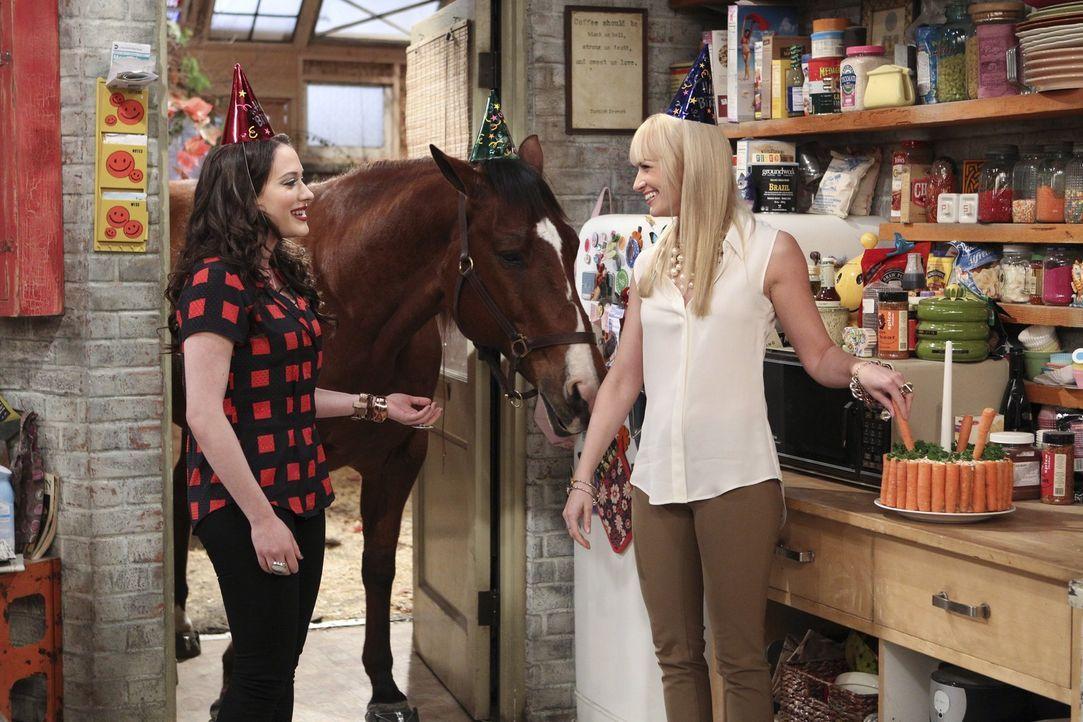 Freuen sich über ihre Rolle, in einer beliebten Fernsehsendung: Max (Kat Dennings, l.) und Caroline (Beth Behrs, r.) ... - Bildquelle: Warner Bros. Television