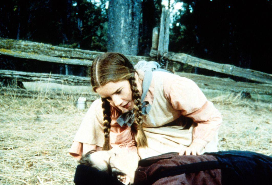 Laura (Melissa Gilbert, oben) kümmert sich um Jordan (Bonnie Scribner, unten), der gestürzt ist und nun bewusstlos am Boden liegt. - Bildquelle: Worldvision