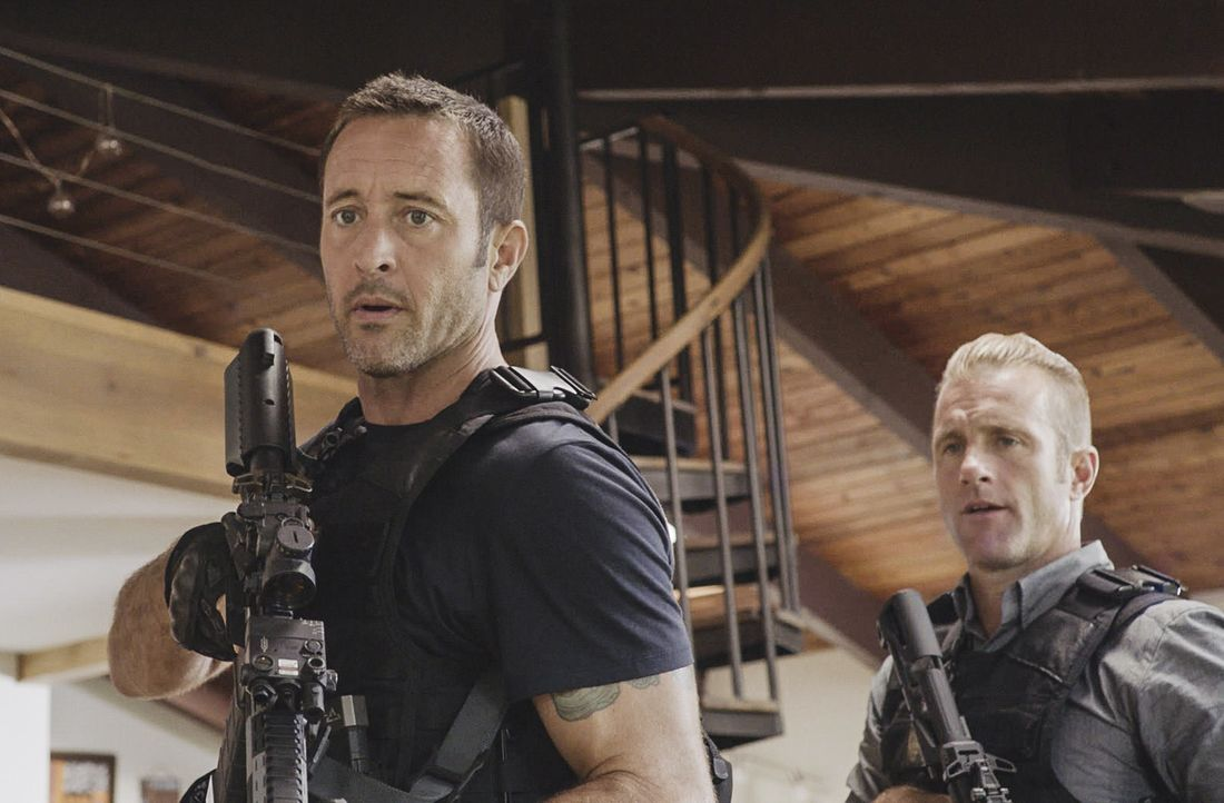 Steve McGarrett (Alex O'Loughlin, l.); Danno Williams (Scott Caan, r.) - Bildquelle: 2018 CBS Broadcasting, Inc. All Rights Reserved