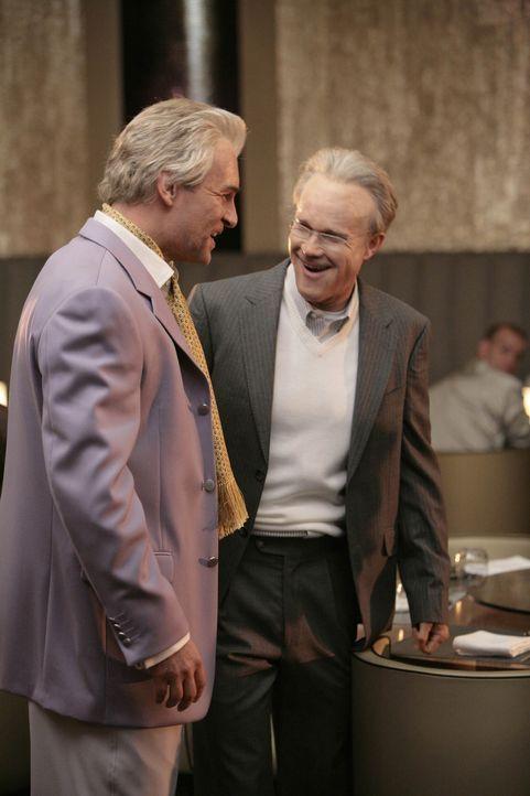 Ein Blick in die Zukunft: Christian (Julian McMahon, l.) und Sean (Dylan Walsh, r.) sind immer noch Freunde ... - Bildquelle: TM and   2004 Warner Bros. Entertainment Inc. All Rights Reserved.