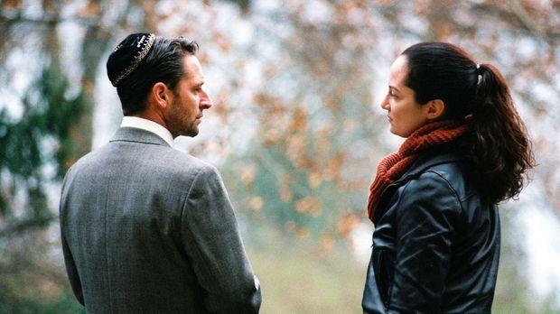 Daniel Kahana (Max Tidof, l.) , der Sohn des toten Rabbiners Baruch, ist von...