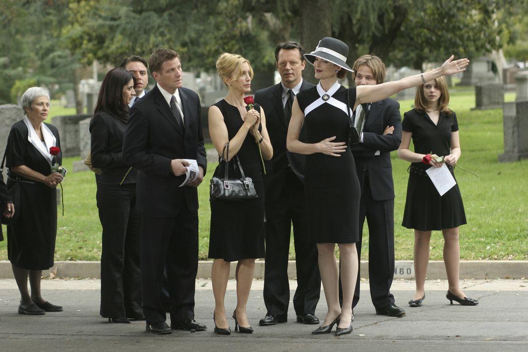 Mit ihrem stets freundlichen Lächeln weist Bree (Marcia Cross, 3.v.r.) den Trauergästen den Weg. Danielle (Joy Lauren, r.), Andrew (Shawn Pyfrom, 2.... - Bildquelle: Touchstone Television