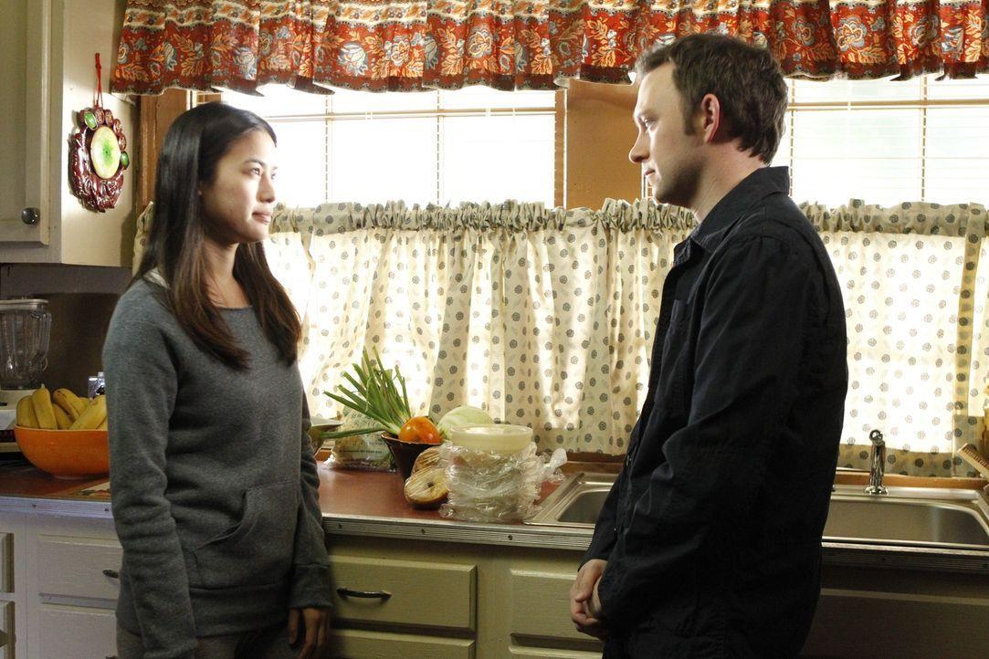 Chunhua (Irene Keng, l.) wird von Carl überfallen, der sie misshandelt und versucht zu vergewaltigen. Adam (Nathan Corddry, r.) macht sich große S... - Bildquelle: Warner Bros. Television