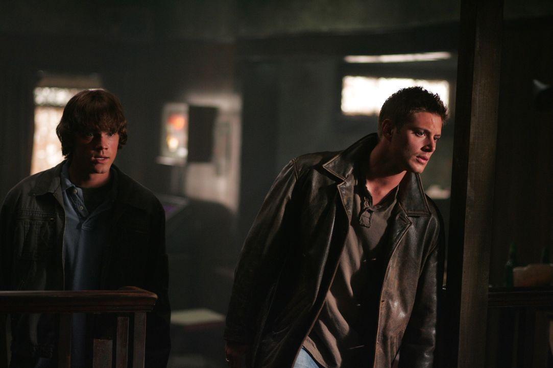 Sam (Jared Padalecki, l.) und Dean (Jensen Ackles, r.) hören eine Nachricht auf der Mailbox ihres Vaters ab, die sie zu einer unbekannten Frau führt... - Bildquelle: Warner Bros. Television