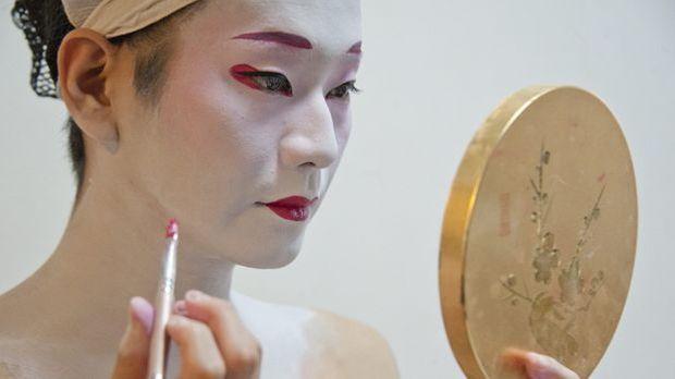 Geisha-schminken_dpa