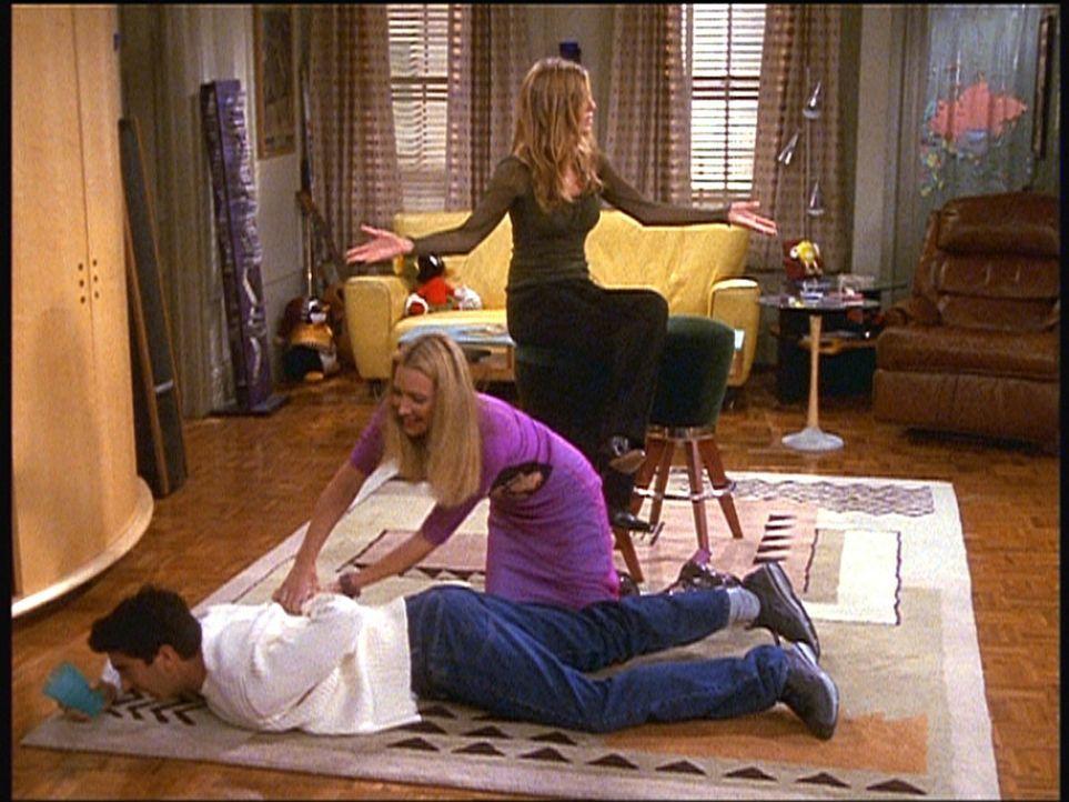 Phoebe (Lisa Kudrow, M.) demonstriert Ross (David Schwimmer, unten), wie sie sich im Falle eines Störfalls bei Monicas Hochzeitsfeier verhalten wü... - Bildquelle: TM+  2000 WARNER BROS.