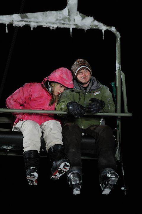 Verzweiflung macht sich breit: Joe (Shawn Ashmore, r.) und Parker (Emma Bell, l.) müssen die Nacht im Lift verbringen. Erst bei Tageslicht wollen s... - Bildquelle: Fred Hayes Frostbite Features, Inc.