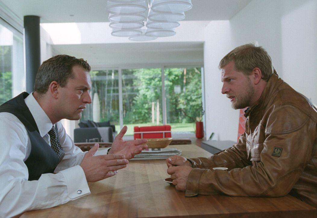Nina und ihr Freund und Frauenversteher Florian (Christian Kahrmann, l.) haben Beziehungsprobleme. Florian bittet Leo (Henning Baum, r.) um Rat. - Bildquelle: Sat.1