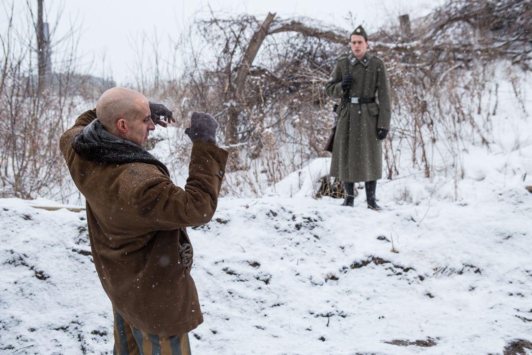 Augenzeuge und SS-Offizier Adalbert Lallier (Liam Murphy, r.) wird am 18. März 1945 Zeuge, wie sein Kommandant Julius Viel sieben Juden im Konzentra... - Bildquelle: Darren Goldstein Cineflix 2015