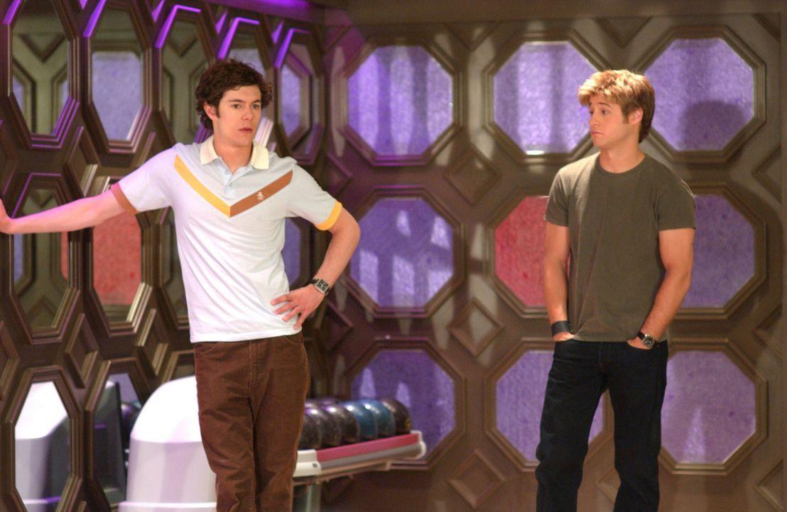 Caleb und Julie feiern ihren Junggesellenabschied. Caleb fährt mit Ryan (Benjamin McKenzie, r.), Seth (Adam Brody, l.) und Sandy nach Las Vegas, w - Bildquelle: Warner Bros. Television