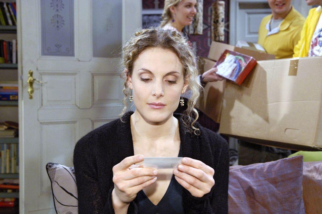 Maja (Barbara Lanz) findet Roberts Blutspendeausweis und es drängt sich ihr eine wichtige Frage auf... - Bildquelle: Claudius Pflug Sat.1